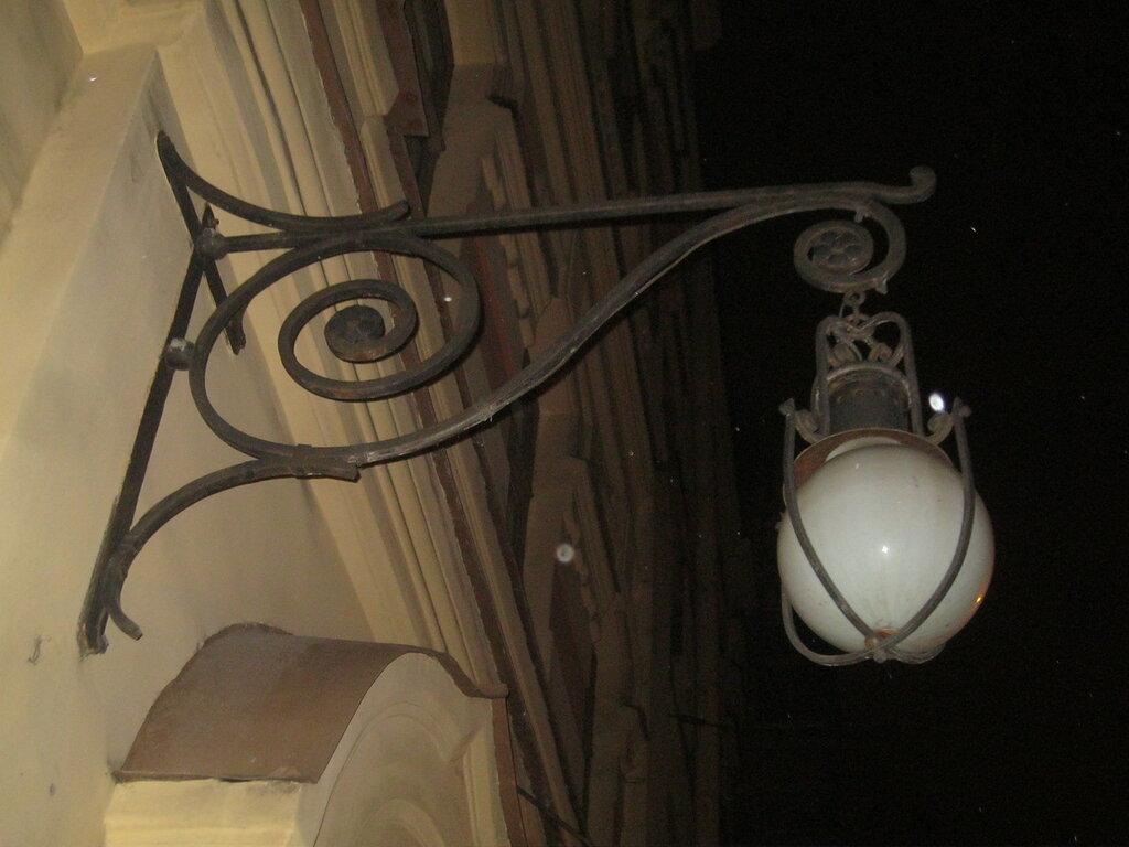 Старинный фонарь наружного освещения. Фасад главного здания ИКиТ, декабрь 2014 года.