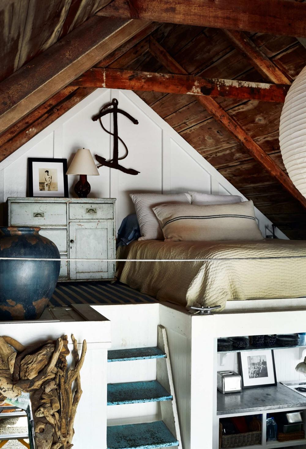 Ремонт очень простой— стены ирамы окрашены белым, полы очищены отстарой краски иотшлифованы
