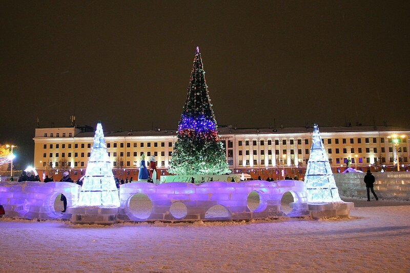 Новогодняя ёлка на Театральной площади в Кирове на фоне политеха