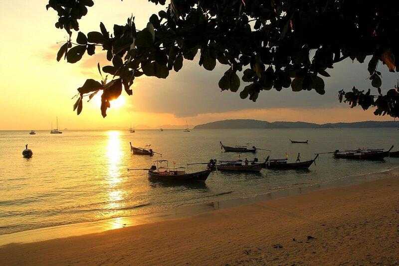 Закат на пляже Ао Нанг и длинноносые тайские лодки