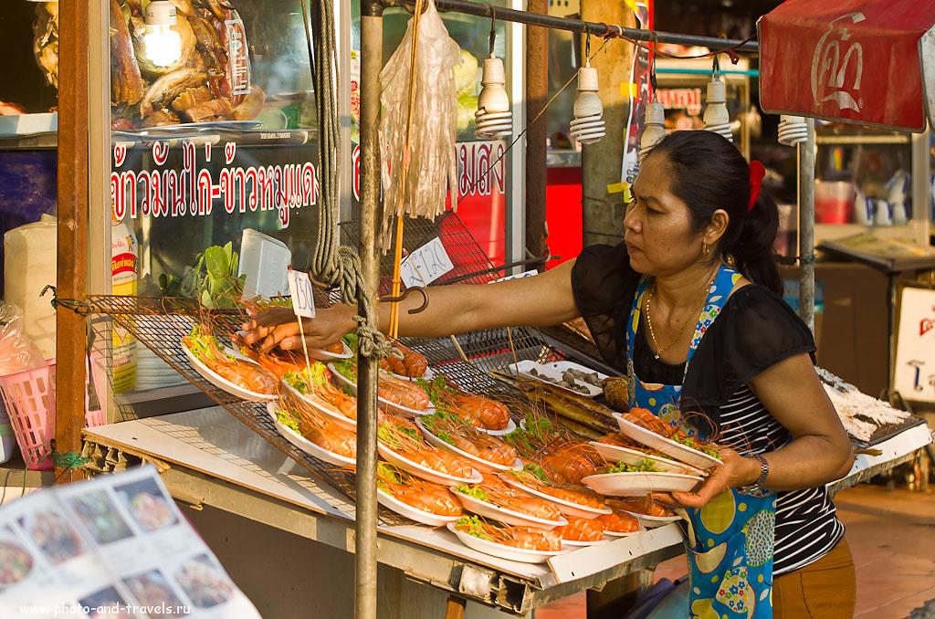 В Паттайю следует ехать из-за вкуснейшего в мире супа Том Ям и других морепродуктов. Фото снято у кафе на перекрестке с Сой 3 и Джомтьен Бич Роуд. Что поесть в Таиланде. (1/320 сек, 0 eV, приоритет диафрагмы, f/4.5, 80 мм, 400)