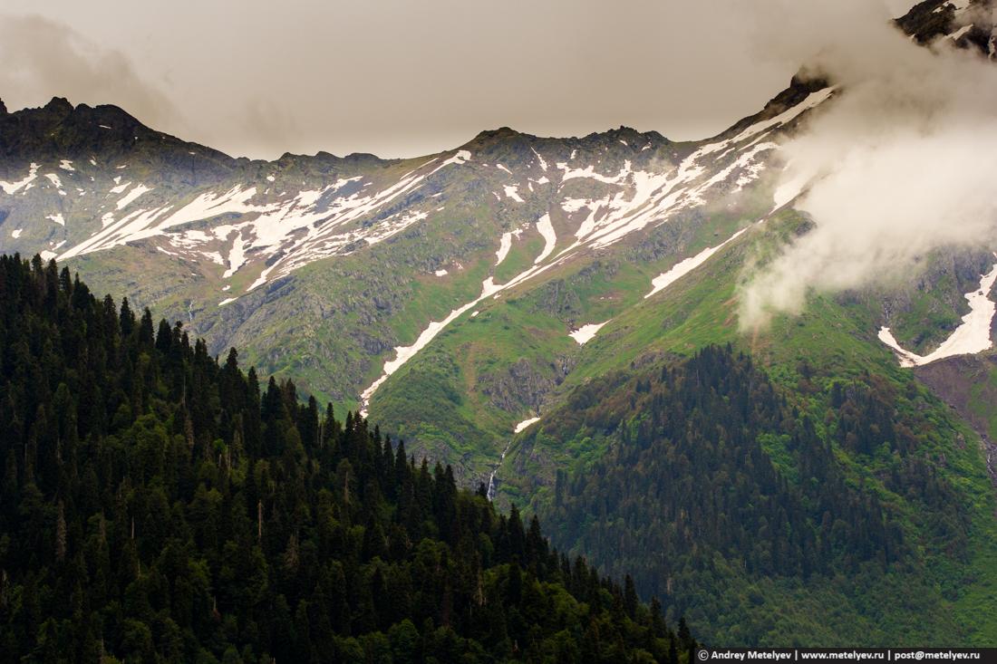 В горах облака и еще лежит снег