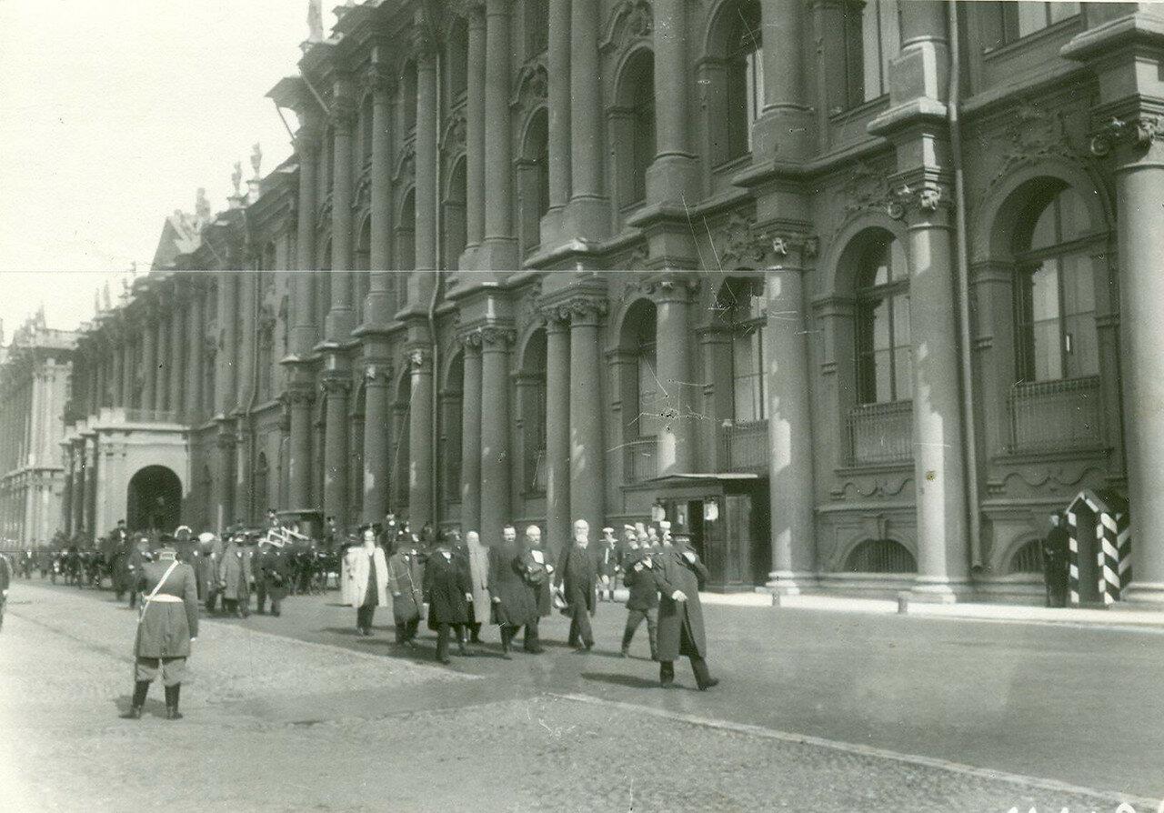Депутаты Первой Государственной думы выходят из Зимнего дворца после приема у императора Николая II