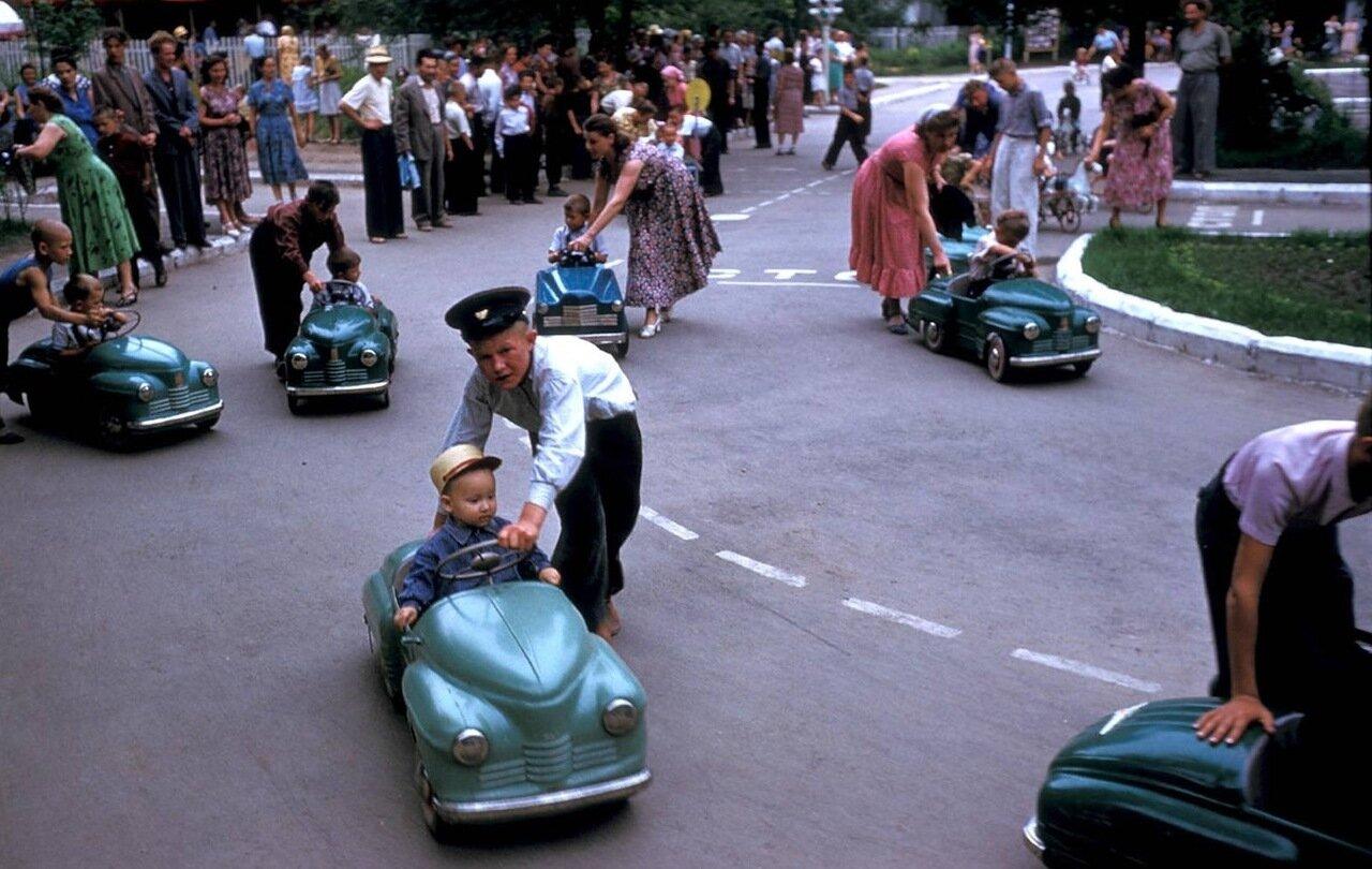 Ташкент. Дети на колесных автомобильчиках