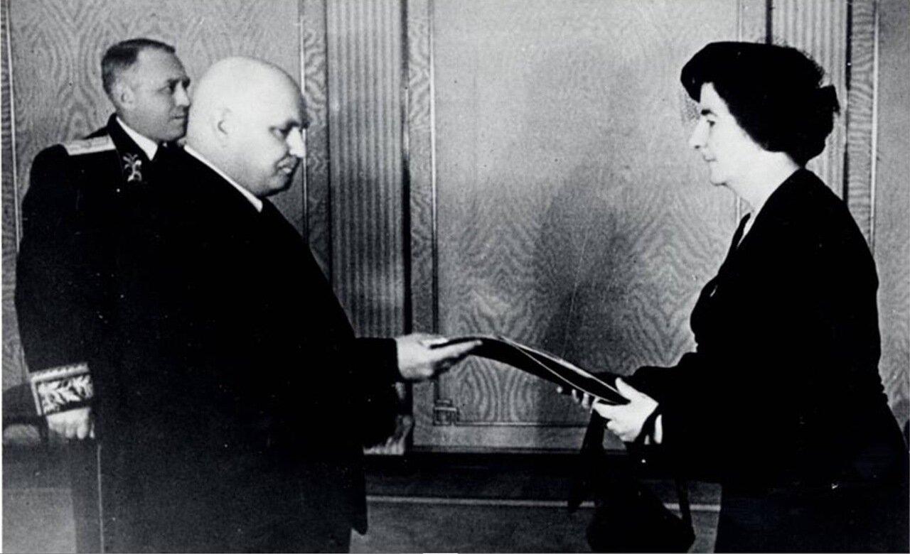 1948.  Голда Меир вручает свои верительные грамоты Власову