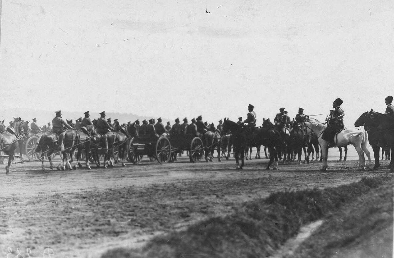 107. Артиллерийские части, участвовавшие в параде войск, проезжают мимо императора Николая II и его свиты