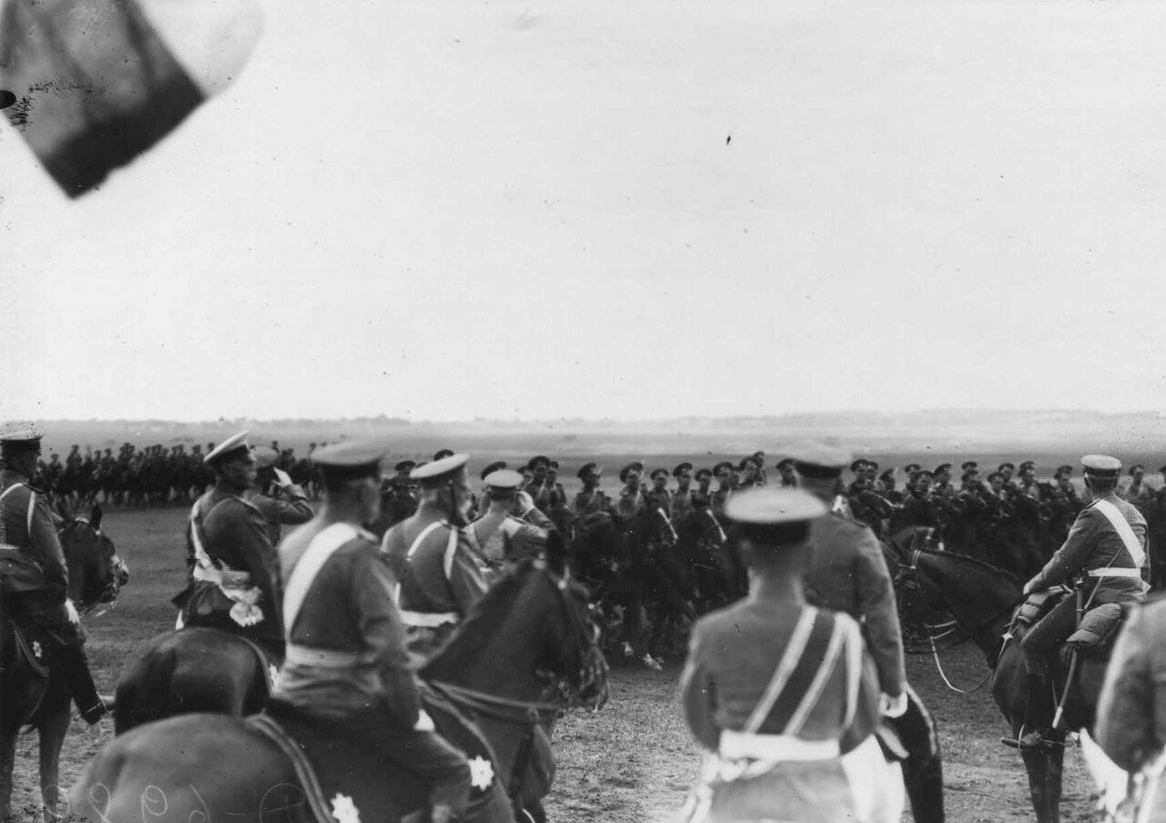 34. Император Николай II и датский король Фридрих VIII приветствуют войска, проходящие церемониальным маршем.  7 июля 1909