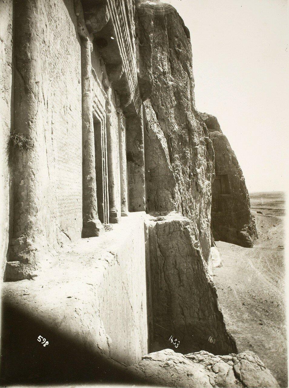 Накше-Рустам. Гробницы царей династии Ахеменидов Дария I (на переднем плане) и Ксеркса  I