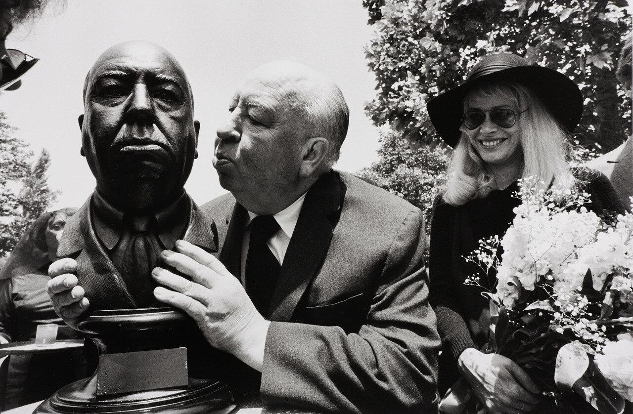 1975. Альфред Хичкок целует свой бюст, Голливуд