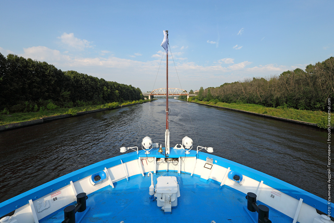 теплоход Михаил Булгаков идет по каналу имени Москвы