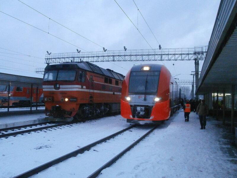 Тепловоз ТЭП70 и электропоезд ЭС2Г-001