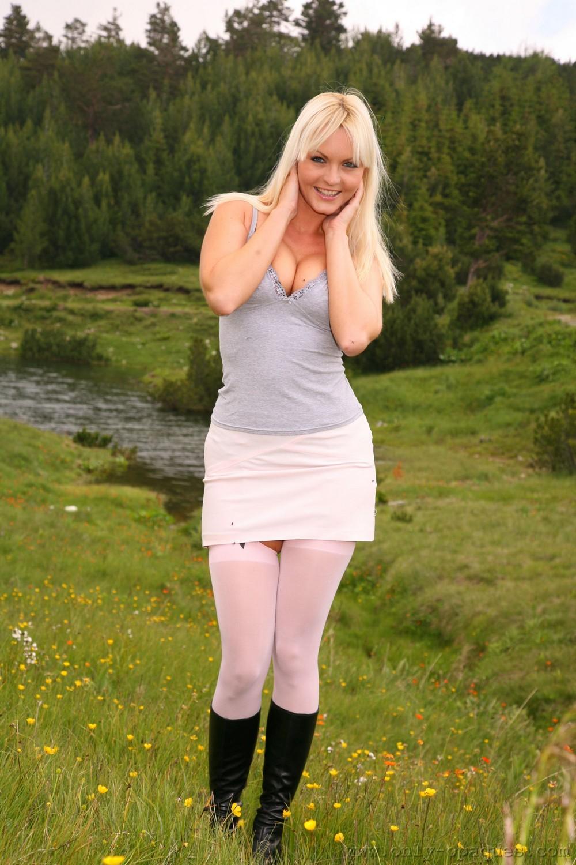 Сандра разделась возле реки