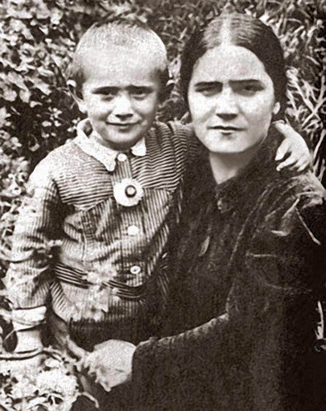 1192 Армен Джигарханян с мамой Еленой Васильевной.jpg