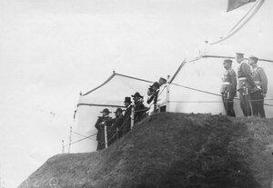Французский президент Раймон Пуанкаре с группой французких офицеров на царском валике наблюдает за парадом войск Красносельского гарнизона .