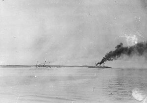 Прибытие германской яхты Гогенцоллерн в сопровождении крейсера Мольтке на рейд Балтийского порта.