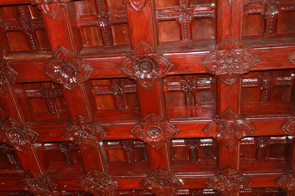 Фото 17. Отчет о поездке на отдых в Индию. Резьба по дереву на потолке в Старом Дворце Махараджи, по дороге в Каньякумари.