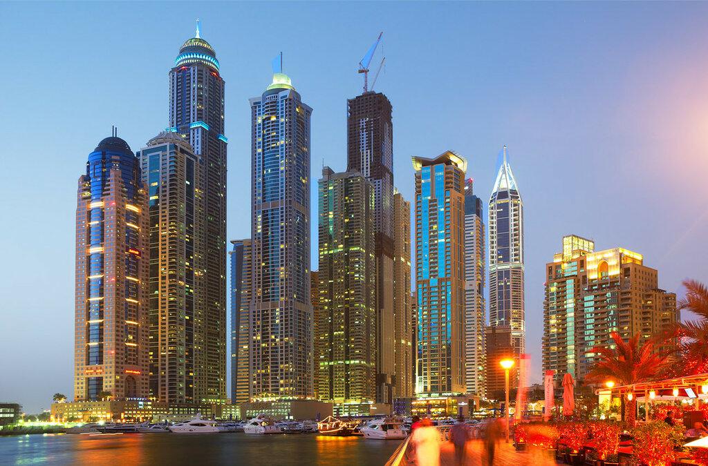 UAE  Dubai Marina Embankment à noite.