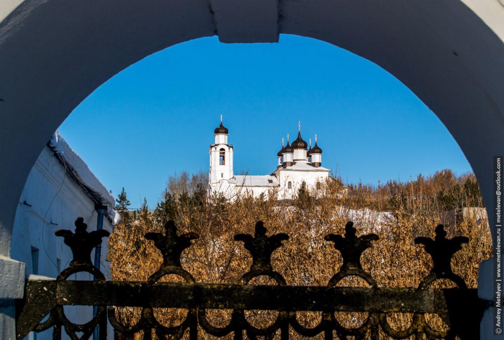 мужской монастырь и синее небо