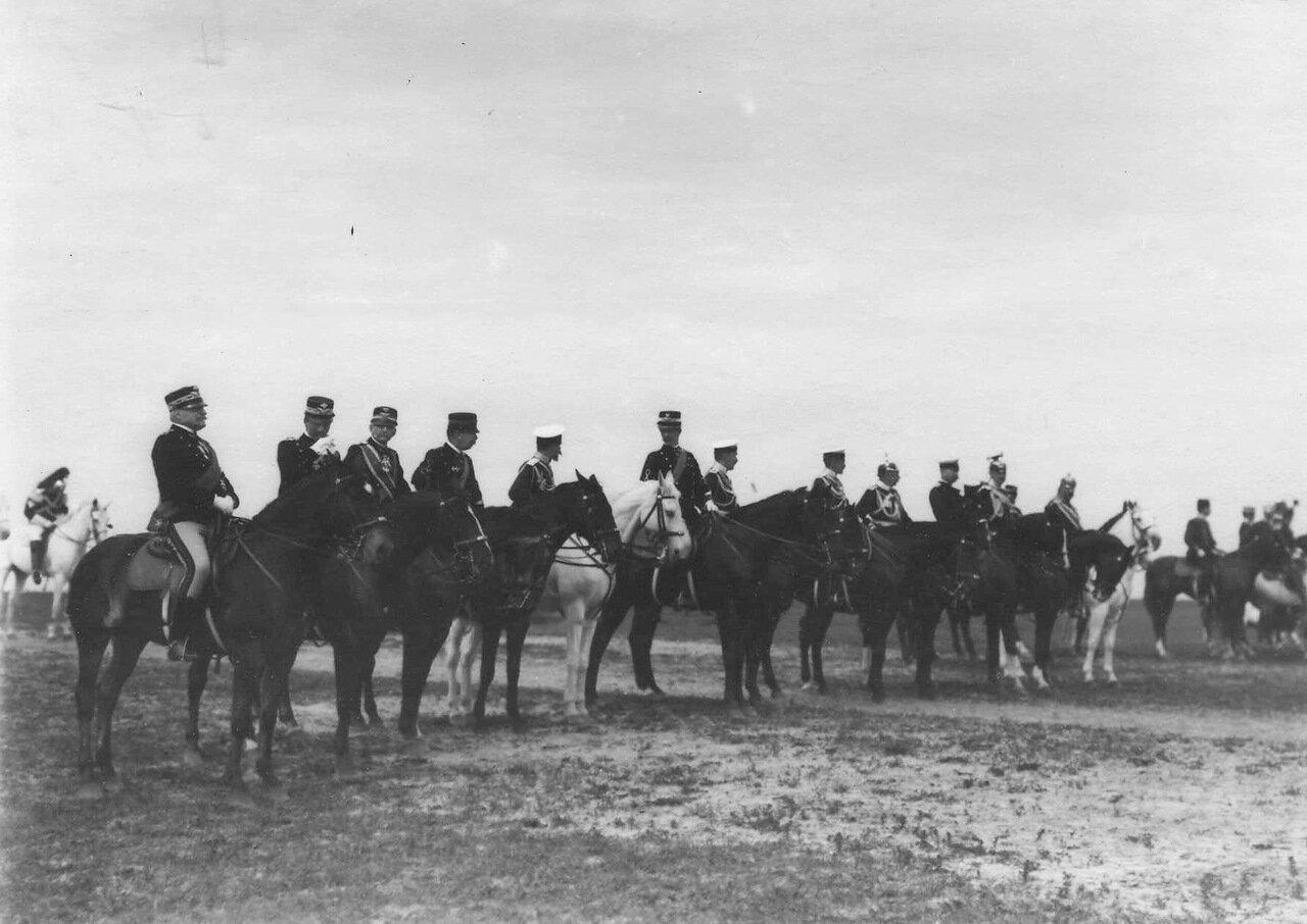 24. Император Николай II и итальянский король Виктор Эммануил III с группой генералов на параде