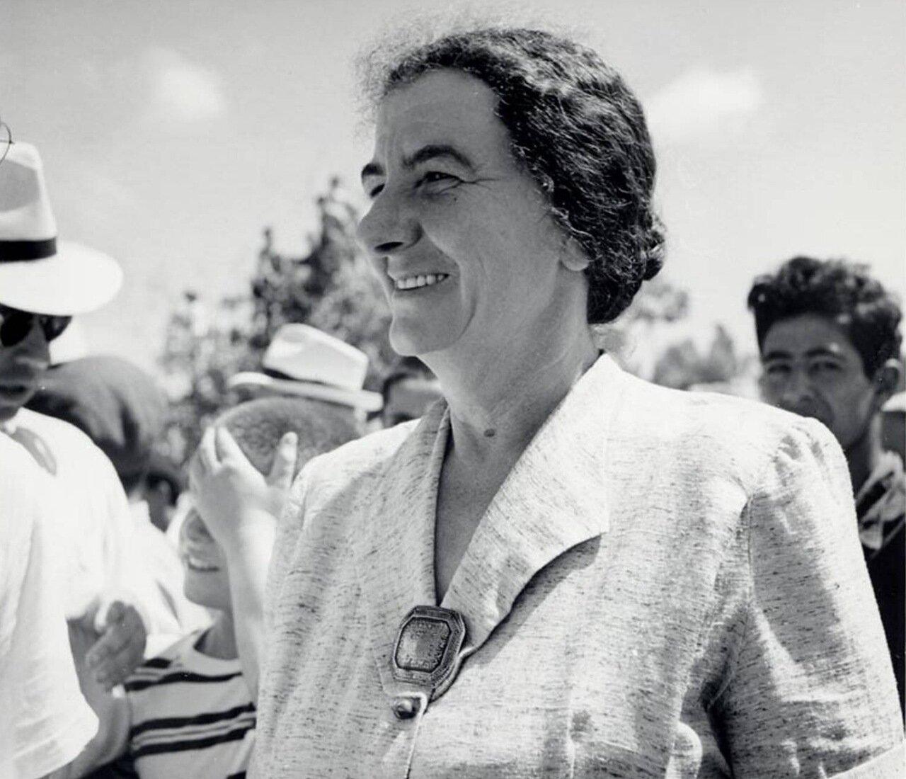 1950.  Голда Меир, министр труда