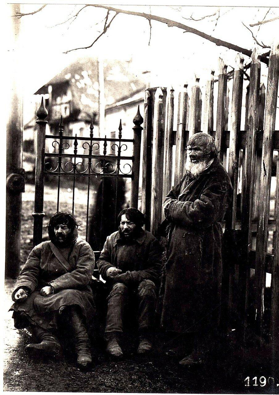 Грубешово. Местные жители возле церкви
