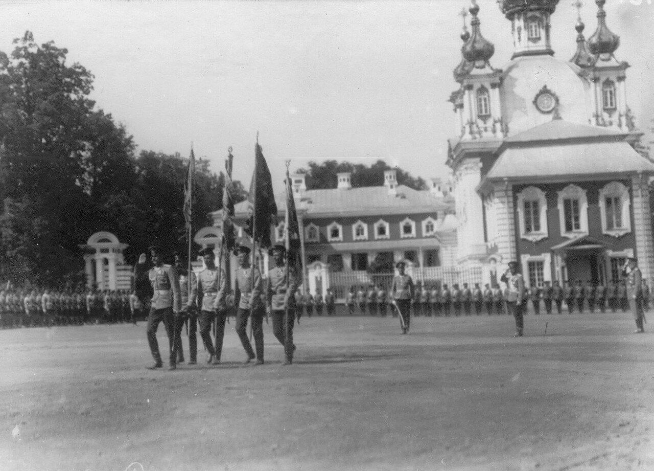 23. Вынос знамен полка перед началом парада на площади у церкви Петергофского дворца. Петергоф. 29 июня 1913