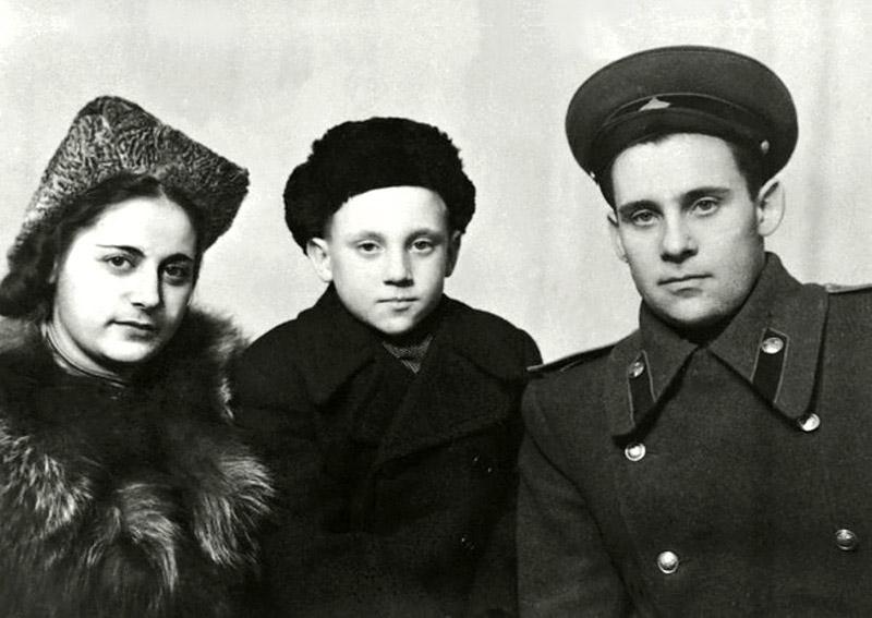 1102 Евгения Степановна Лихалатова («мама Женя»), Володя и Семен Владимирович Высоцкий в г.Эберсвальде, Германия. Фото 1948 года.jpg