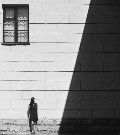 человек возле стены