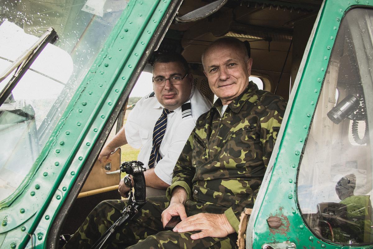 Сергей Мартиросян ( Aviator.ru ) и Николай Петрович в вертолете Ми-2.
