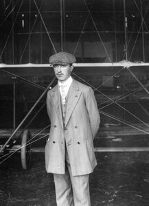 Участник перелёта Масляников Б.С. у аэроплана