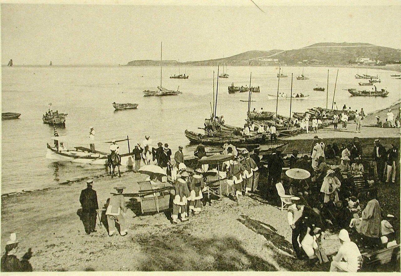 102. Вид части побережья, где отдыхает местная публика во время второго концерта музыкантов эскадры