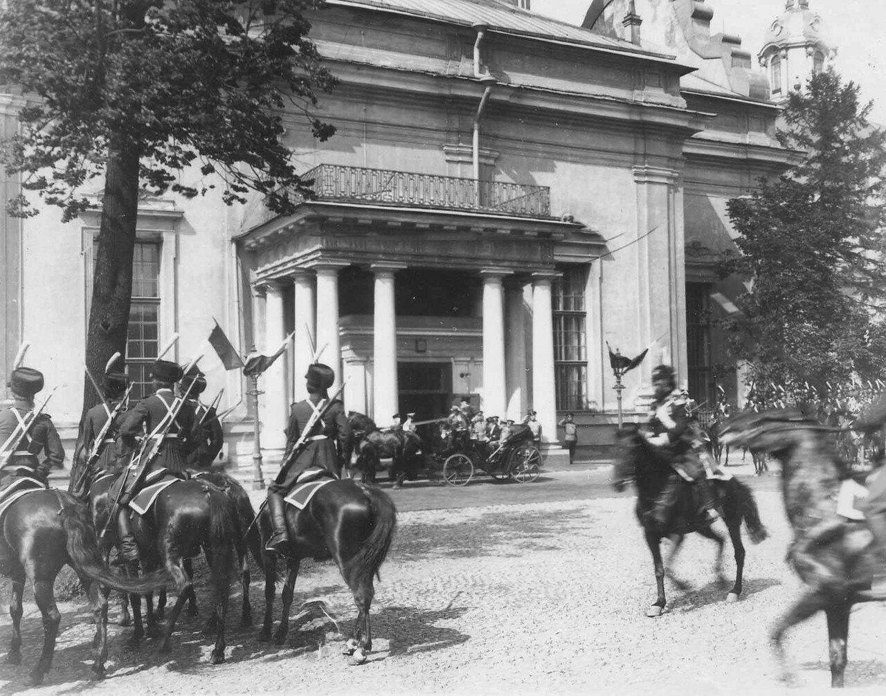 113. Р.Пуанкаре в сопровождении эскорта казаков лейб-гвардейцев проезжает мимо Петропавловского собора