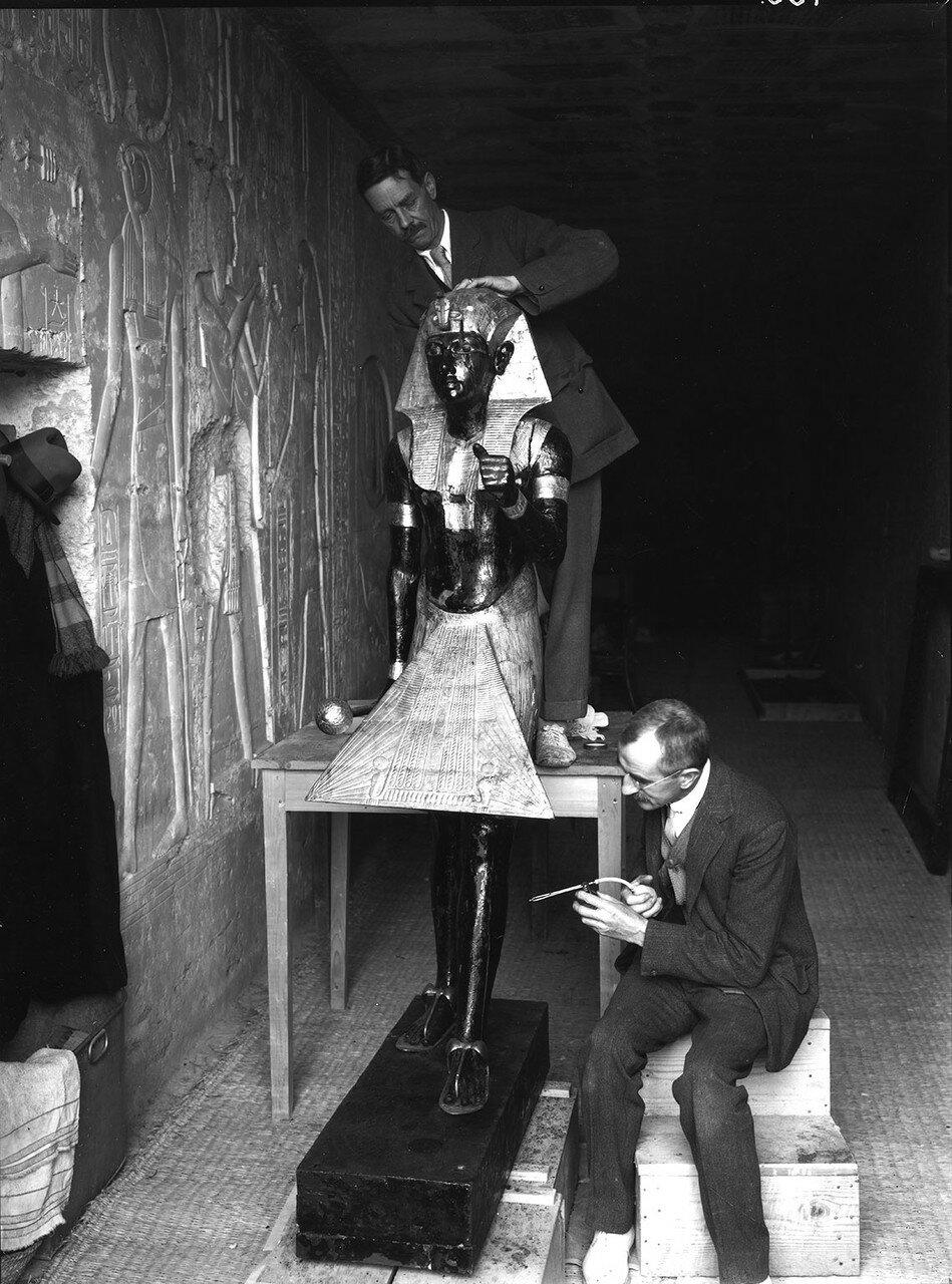 Артур Мейс и Альфред Лукас принимают меры по консервации статуи Тутанхамона, охранявшей вход в погребальную камеру фараона. 1922