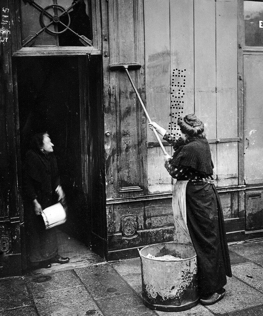 1910. Очистка грязи со стен и тротуаров
