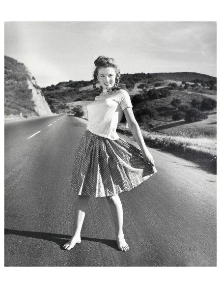 norma-jeane-pacific-coast-highway-andre-de-dienes_oct-1945_01.jpg