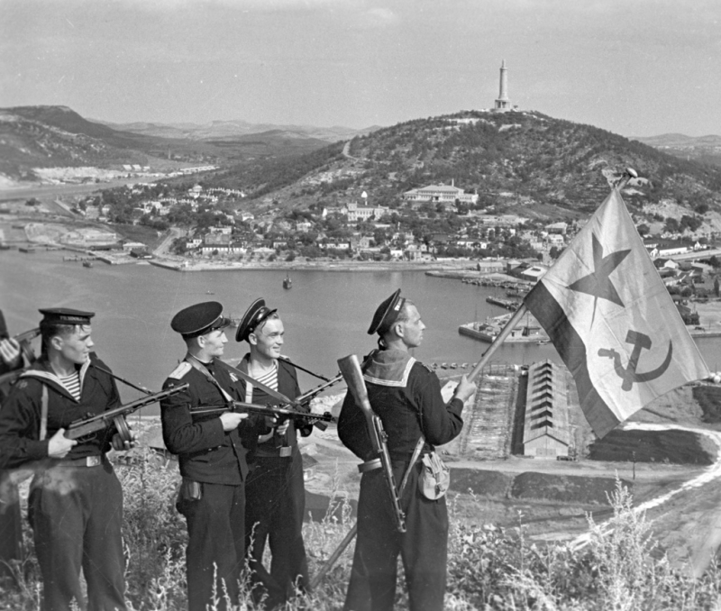 RIAN_archive_834147_Hoisting_the_banner_in_Port-Artur._WWII_(1941-1945).jpg