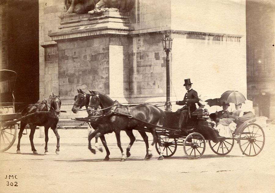 3 Promenade en landau autour de l'Arc de Triomphe, vers 1890.jpg