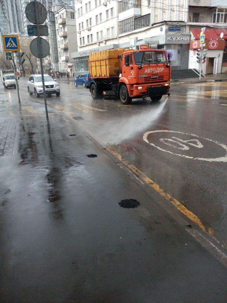 Мытьё улиц после дождя.