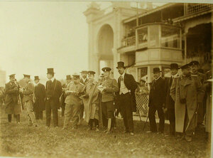 Группа членов Императорского Московского скакового общества и гостей на  ипподроме в день Дерби.