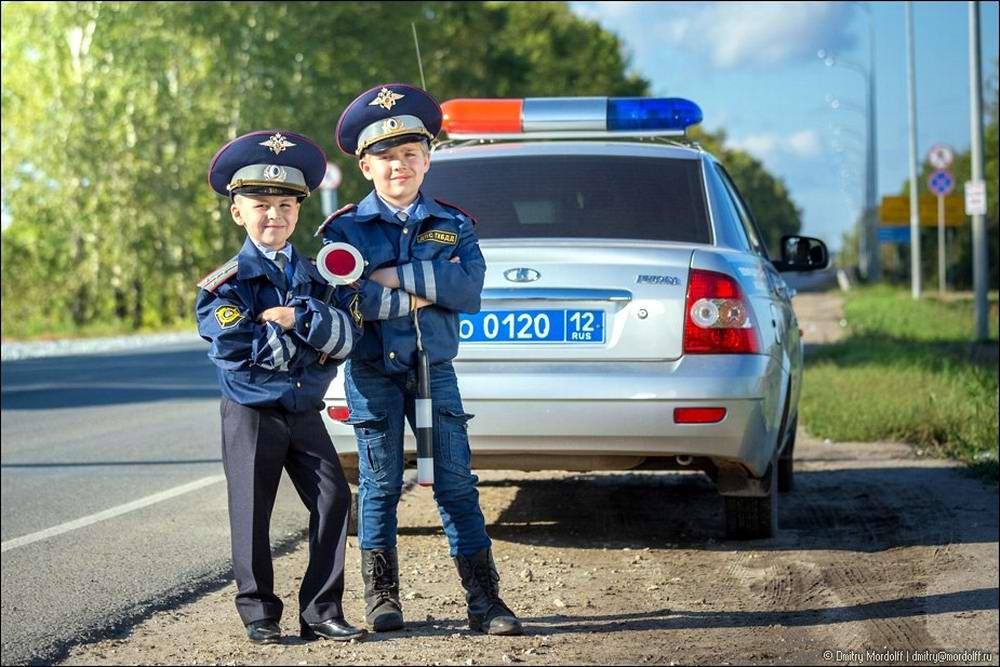 Дети на снимках из серии Люди мужественных профессий: полицейские и космонавты (5)