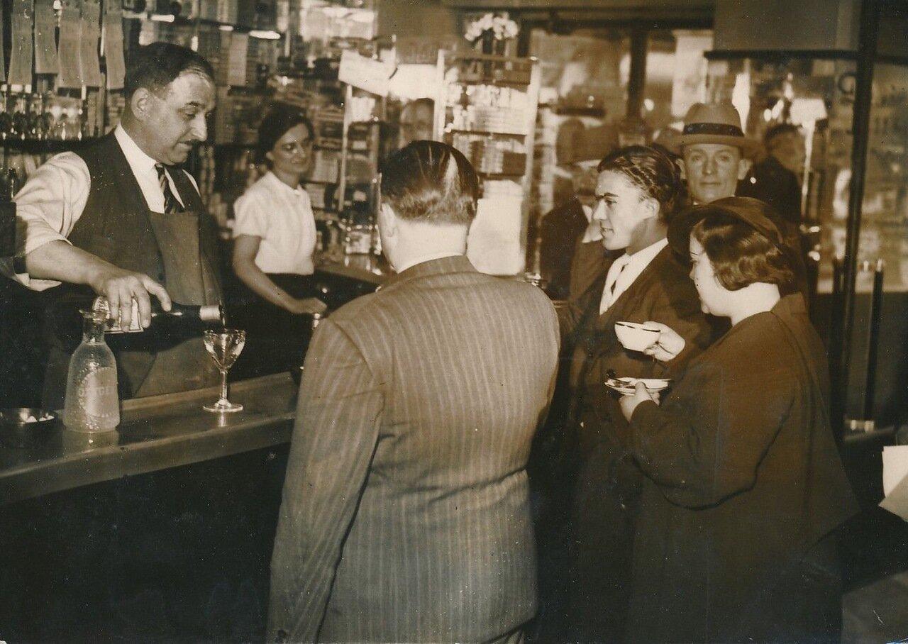 1936. Манифестанты в перерыве в парижском кафе