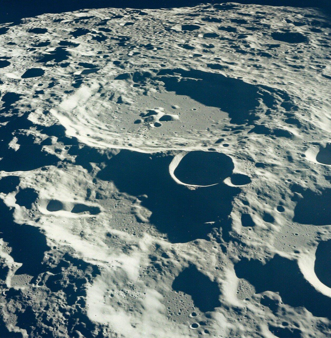В 75 часов 41 минуту 23 секунды полётного времени «Аполлон-11» скрылся за западным краем диска Луны. В момент потери радиосигнала корабль находился в 572 км от Луны, его скорость составляла 2,336 км/с.  На снимке: Обратная сторона Луны