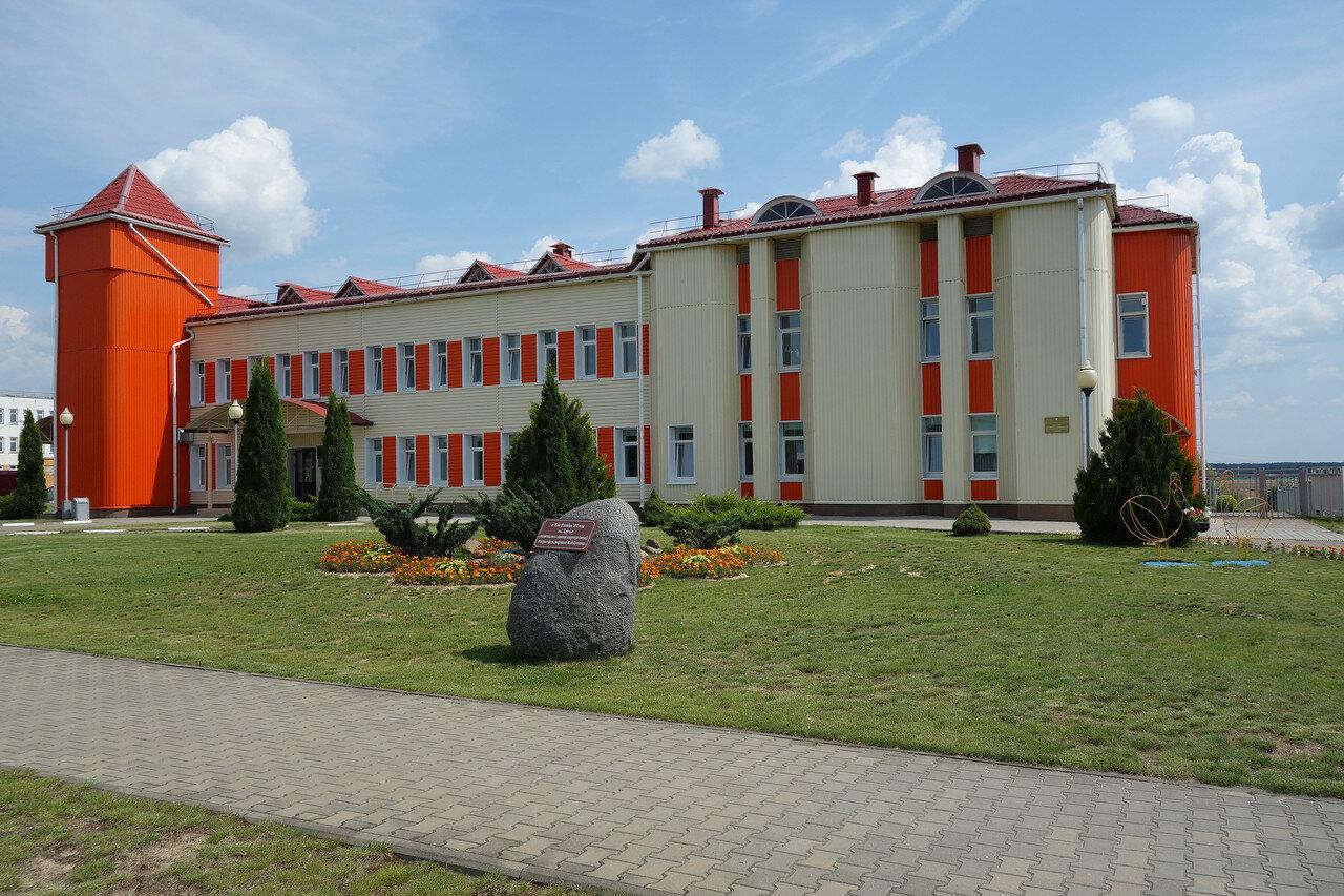кислотно-рыжее здание