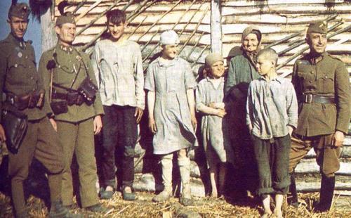Magyar katon__k __s a falu lak__i a keleti fronton.jpg