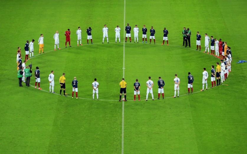 Футболисты соблюдают минуту молчания в память о жертвах терактов в Париже перед началом дружеского м