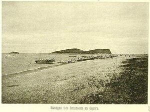 Высадка 1-го батальона эскадренного десанта на берег во время учений