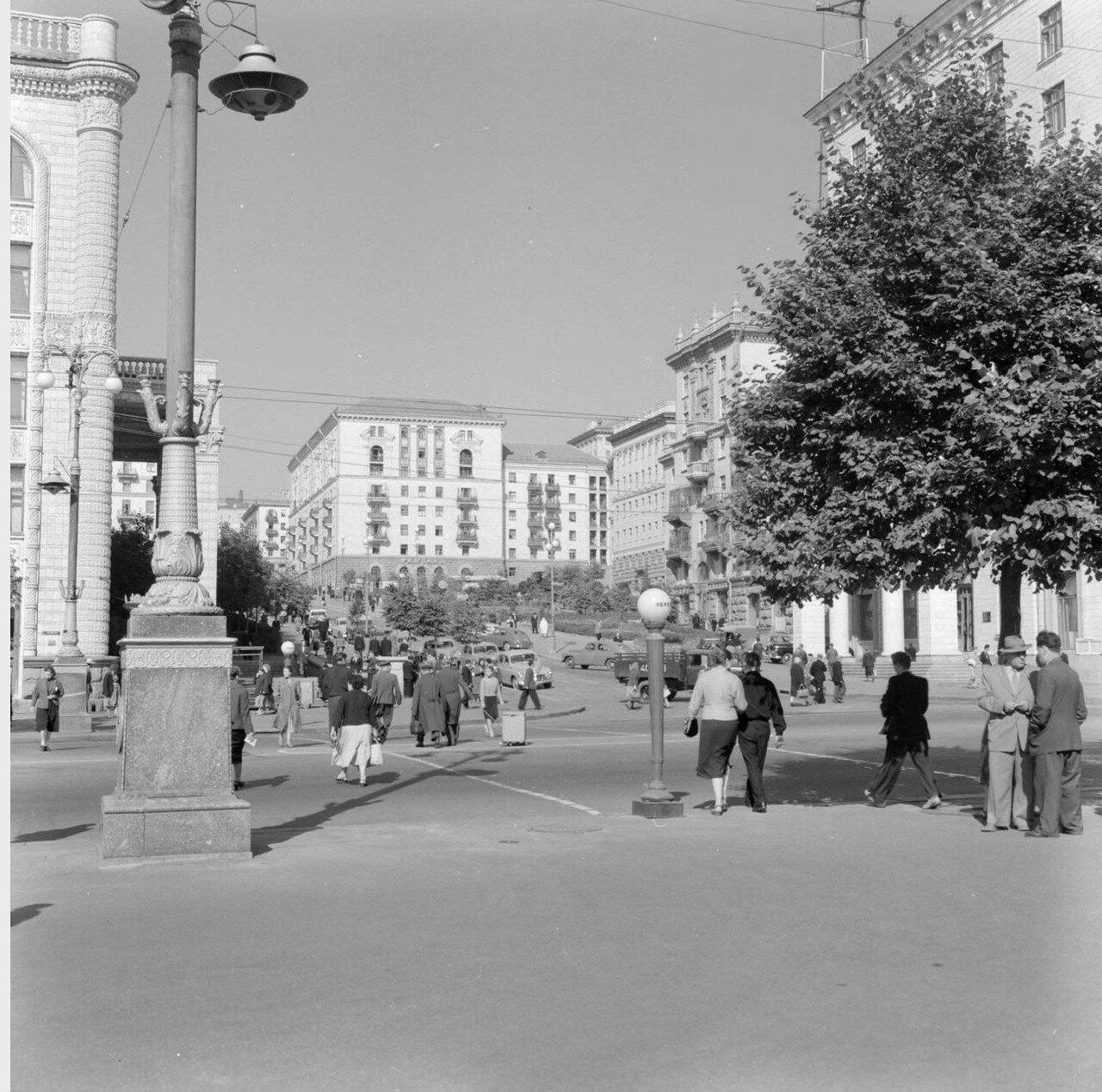 Пешеходное движение на улице в Киеве