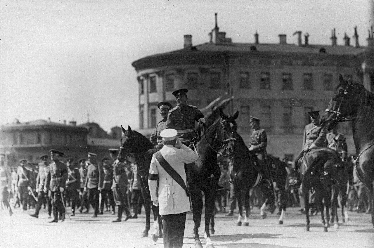 34. Император Николай II принимает рапорт руководителя одного из отрядов потешных