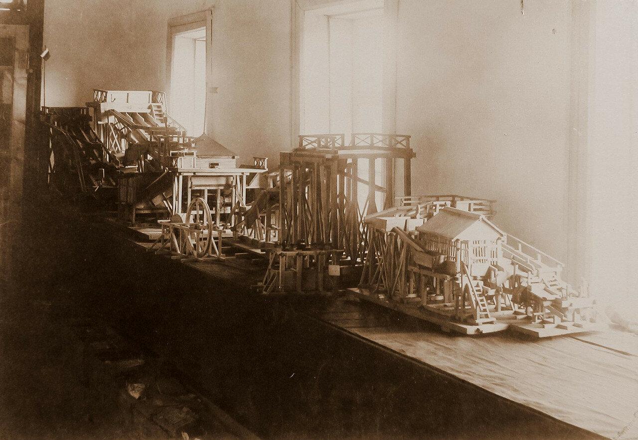 66. Вид экспонатов отдела горнозаводской промышленности модели машин и аппаратов, используемых для добывания золота
