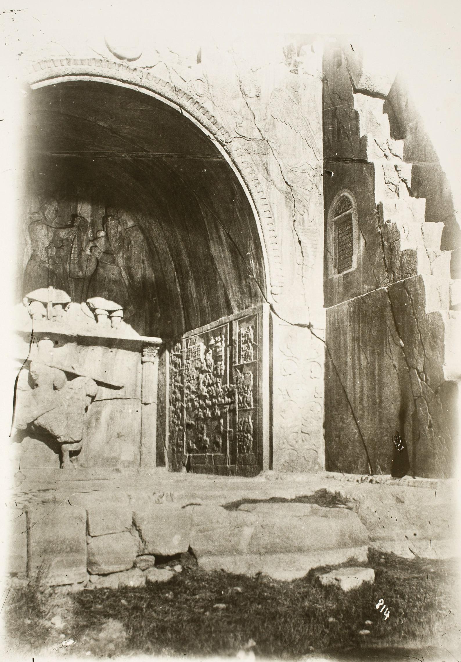 Таге-Бостан. Сасанидские рельефы. Большой грот с рельефом инвеституры  Хосрова II